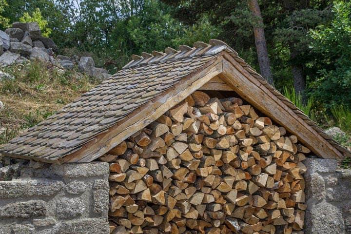 Drevený prístrešok na drevo