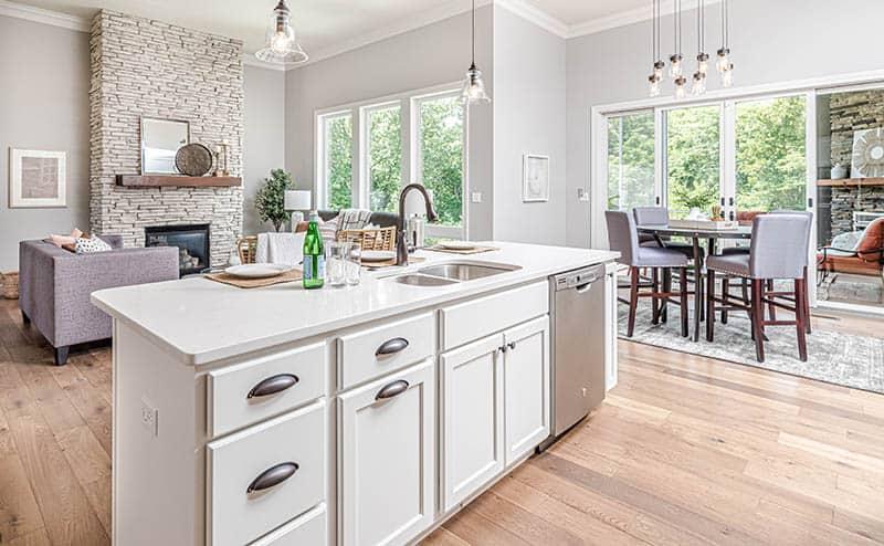 Otvorená kuchyňa s obývačkou